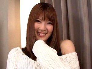 Video av sexy Japansk jente Momoka Nishina riding en stiv leketøy - Momoka Nishina