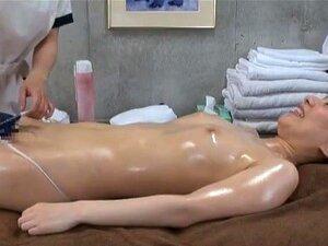 Oljet opp kvinnelige klienten på en spesiell Japansk massasje klinikk