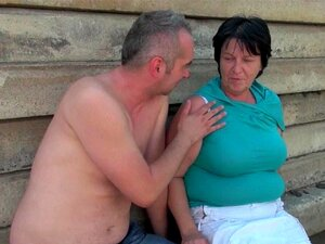 Fat bestemor med 1 tomme brystvorter blir knullet utendørs