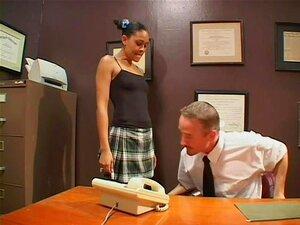 Pigtailed Ebony babe blir slikket pent og rasshøl boret på kontoret