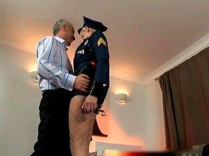 Gamle mannen og blonde jenta i politi uniform
