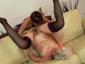 Ekkel bestemor blir hennes hårete fitte slikket av noen pervers chick